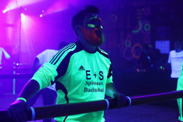 Blacklight-Menschenkickerturnier in Bredenborn